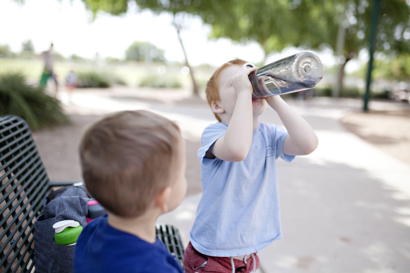 acqua in bottiglia plastica