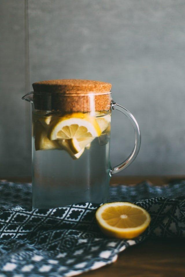 acqua e limone dissetante per l'estate