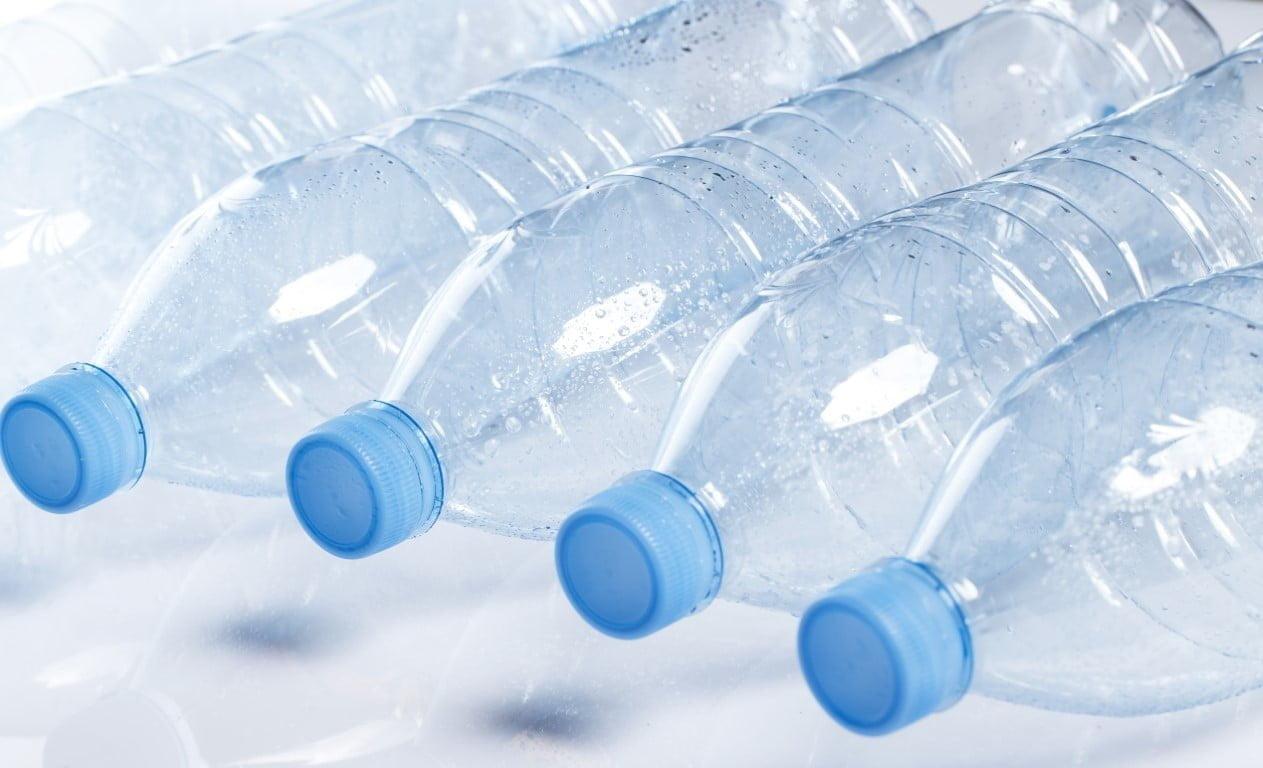 quante bottiglie d'acqua consumano gli italiani